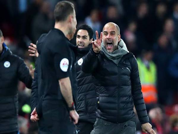 Pep Guardiola mắc kẹt ở Man City